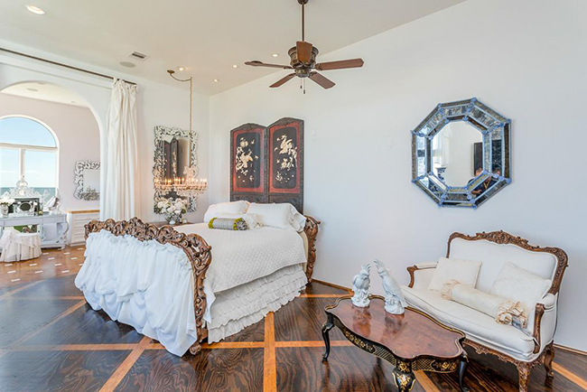 Segreto Secrets - Galveston Beach House - Italianate Ornate Style Bedroom