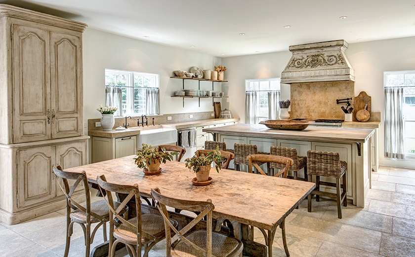 Magnificent French country kitchen with Old World style, plaster walls and finishes by Segreto, and timeless design. #kitchendesign #frenchcountry #frenchfarmhouse #segreto #oldworld #interiordesigninspiration #plaster